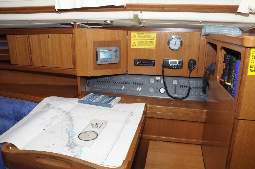 Foto del interior del velero Dufour 455 GL, se puede observar la mesa de carta.