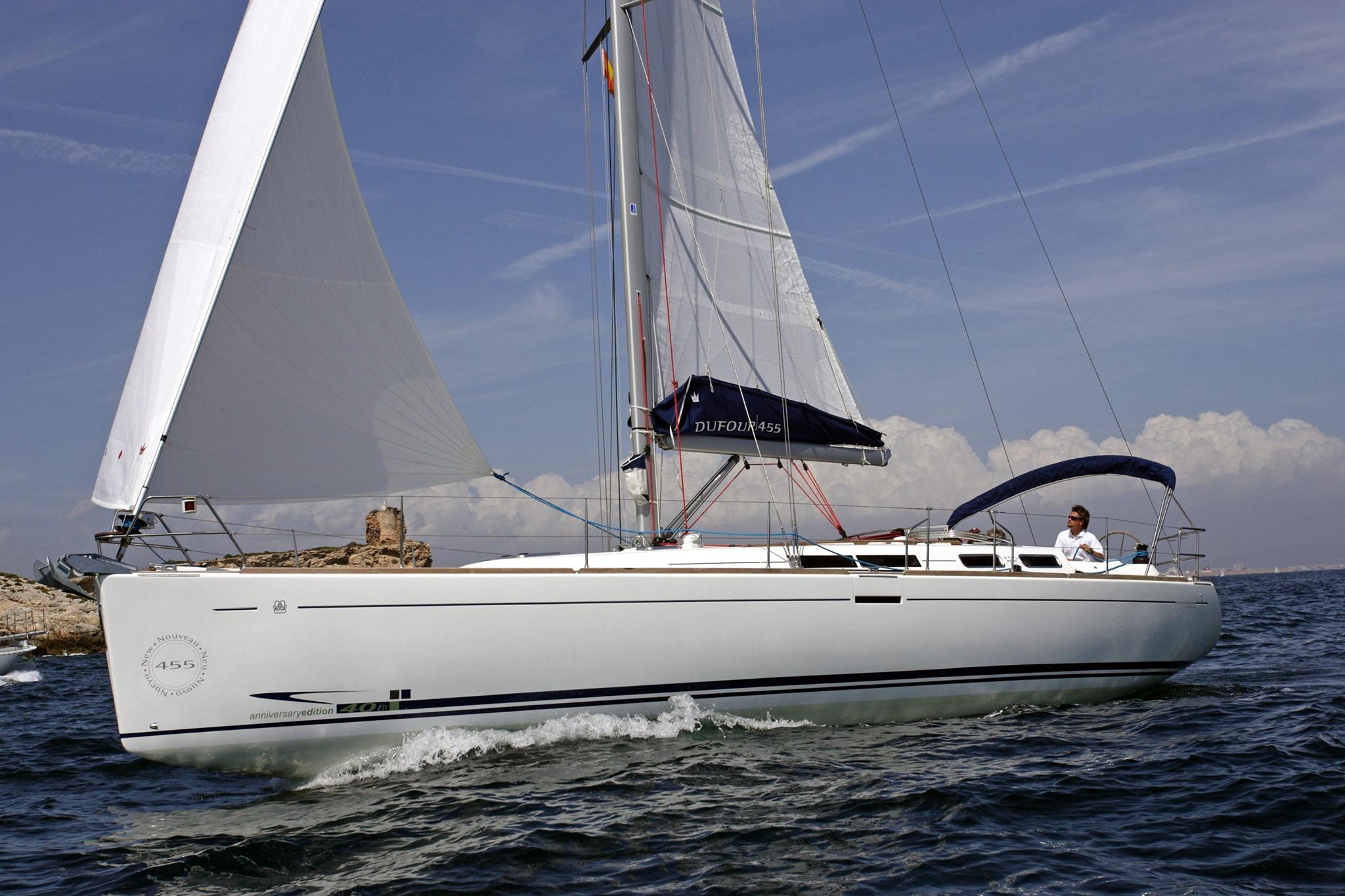 Velero Dufour 455 GL navegando con las velas izadas.