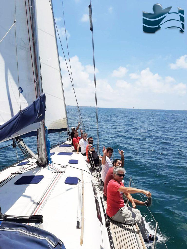 Navegando en el velero Dufour de FP Náutica en una salida del Club del Navegante.